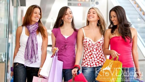 Довольные покупками девушки