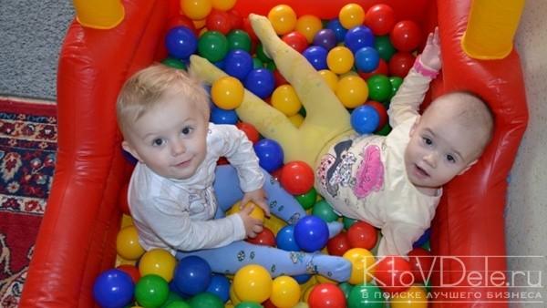 Маленькие дети играют в шары