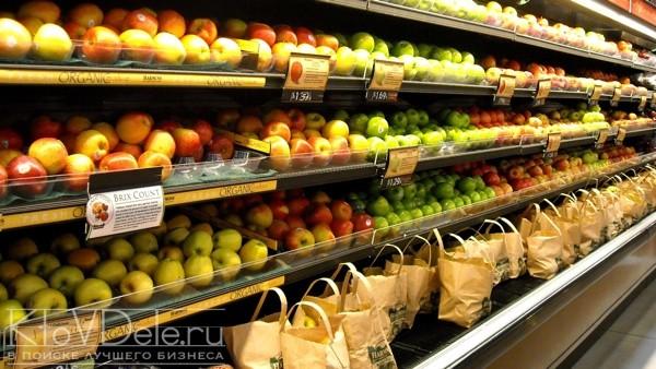 Торговые полки в продуктовом магазине