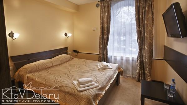 Кровать в номере мини гостиницы