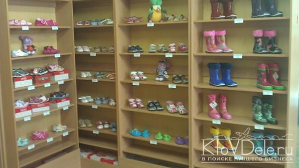 стеллаж с детской обувью в магазине