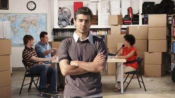 человек на фоне работающей команды